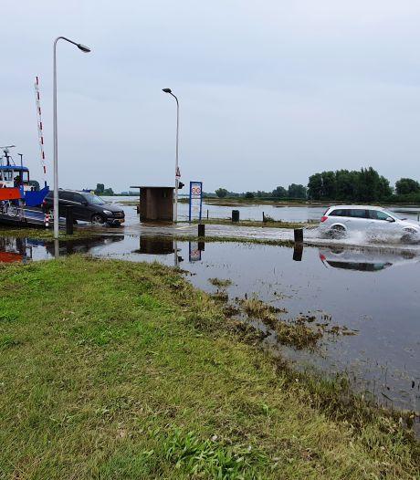 Een klein stukje natte voeten halen, maar het pontje bij Wijhe is weer in bedrijf: 'Het water zakt nu snel'