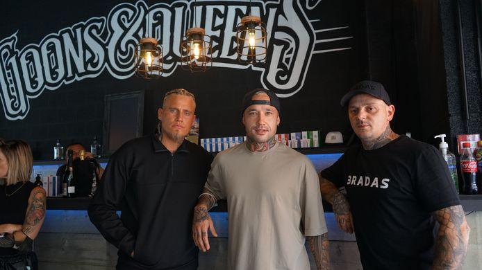 Uitbater Diaz Pena Verlez (links) en zaakvoerder Joachim Decrock mochten de bekende voetballer Radja Nainggolan ontvangen voor de opening van de nieuwe tattooshop van Goons&Queens in Sint-Niklaas.