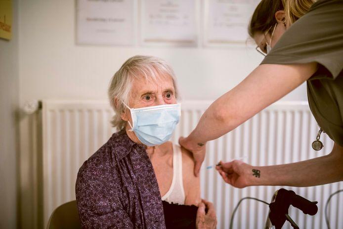 Bewoonster Jaennine Deflem (88) vindt het spuitje zetten niet pijnlijk, maar net iets waar ze al die tijd naartoe leefde.