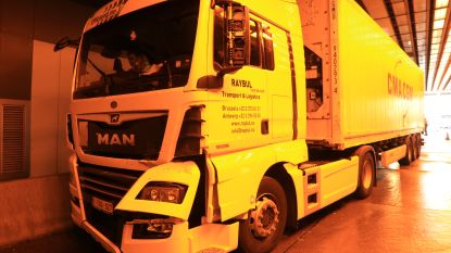 File op R2 door botsing tussen twee vrachtwagens in Beverentunnel