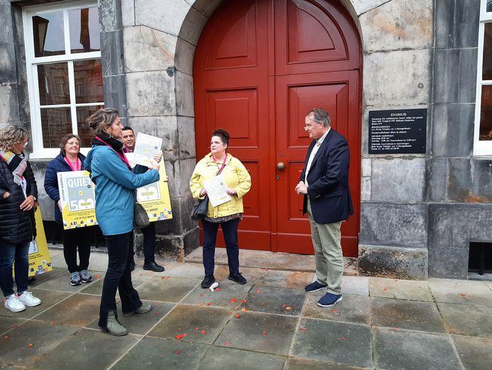 Geertje Cousin (links) overhandigt wethouder Huib van Olden de eerste Quiet500 glossy