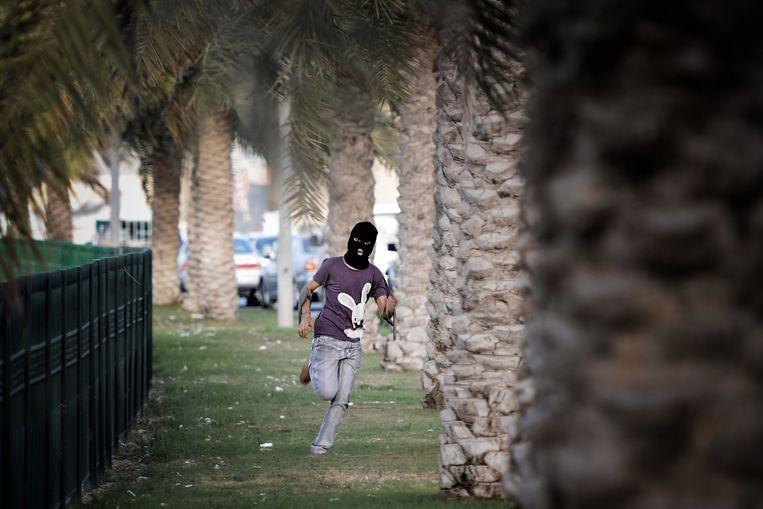 RAVING RABBID Wegrennen van de oproerpolitie in Abu Saiba, Bahrein, 2013. Beeld afp