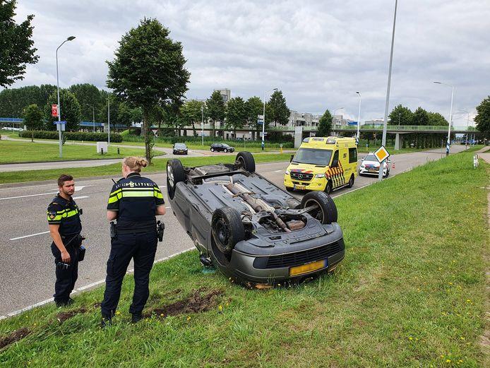Een automobilist in Lelystad is dinsdagmiddag in een eenzijdig ongeval met zijn auto over de kop geslagen.