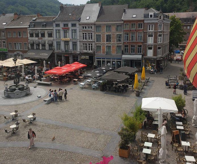 La Grand-Place à Huy. Terrasses des cafés et restaurants.