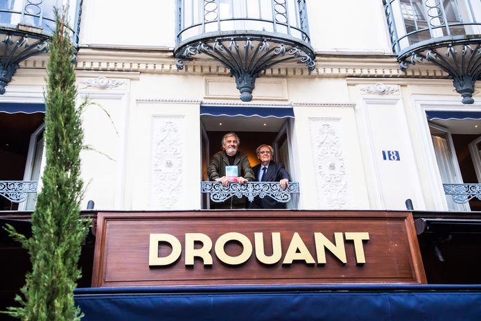 Le restaurant Drouant qui accueille généralement les réunions de l'Académie Goncourt est fermé pour raisons sanitaires. Sur la photo, Jean-Paul Dubois, gagnant 2019, pose avec son livre.