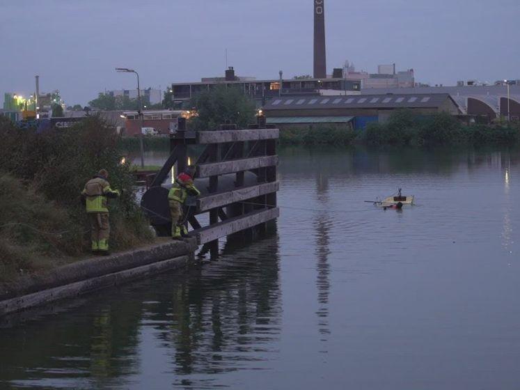 Visser kiept om in Deventer en zwemt in 'fuik'