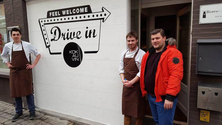 Personeelsleden Hendrik Dequeker, Robbe Dedecker en Frederic Bruneel bij de Drive in-gevel van Kok au Vin.