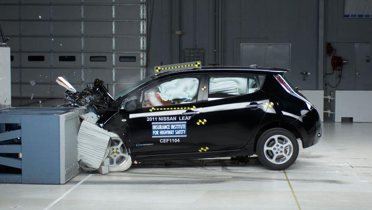 De Nissan Leaf doorstaat een veiligheidstest. Ook de accu zou menige botsing kunnen overleven. Beeld AP