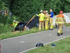Auto belandt in sloot: gewonde bestuurder uit voertuig bevrijd door brandweer
