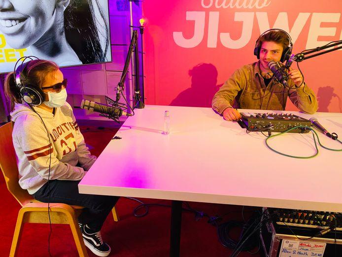 Nathan Naenen interviewt jongeren voor de radio- en streamingshow Studio JIJWEET