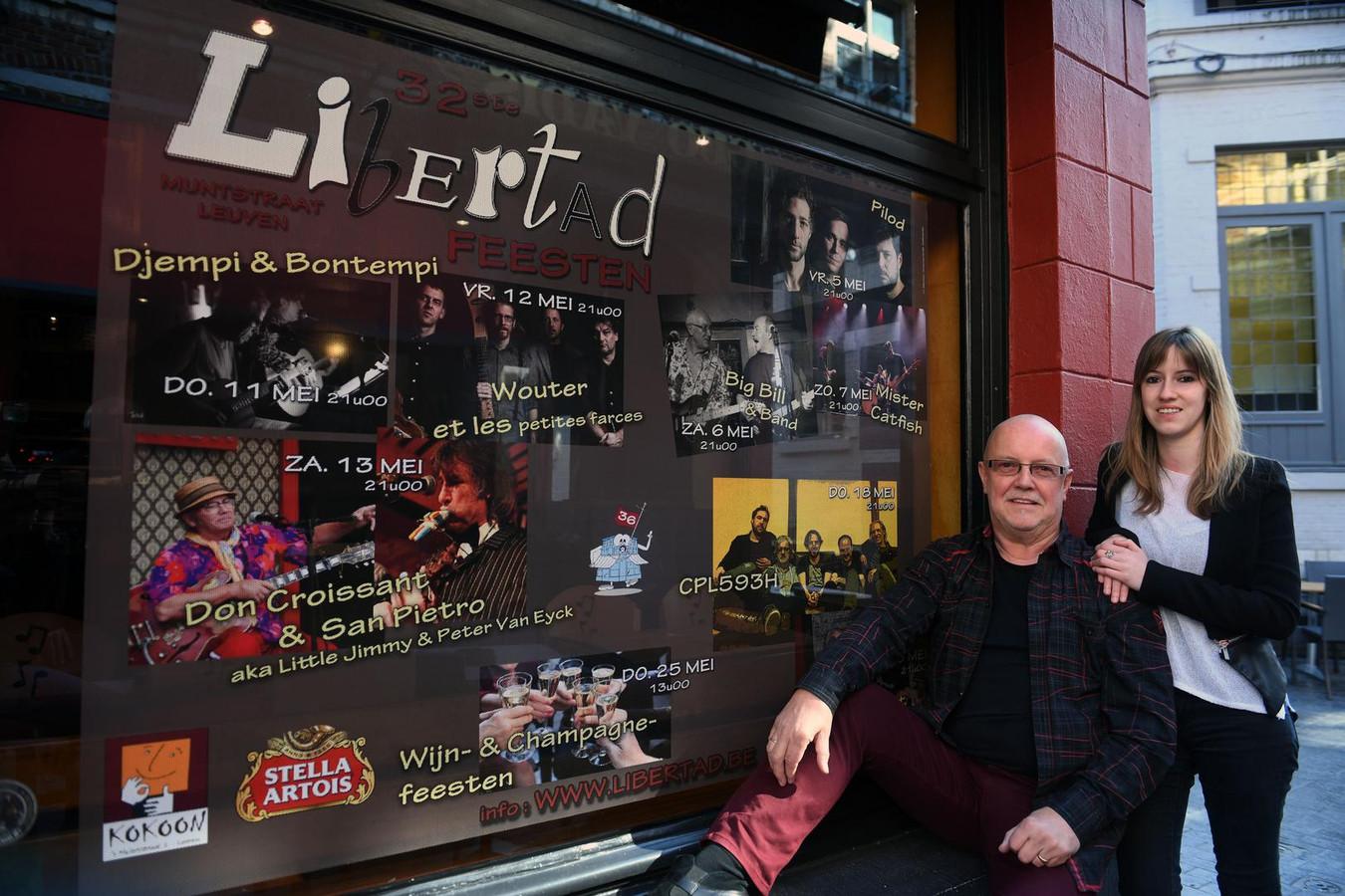 Uitbater Rikky Evers met zijn dochter aan café Libertad.