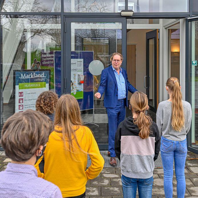 Michiel Maas, rector van het Markland College in Oudenbosch, ontvangt de nieuwe leerlingen.