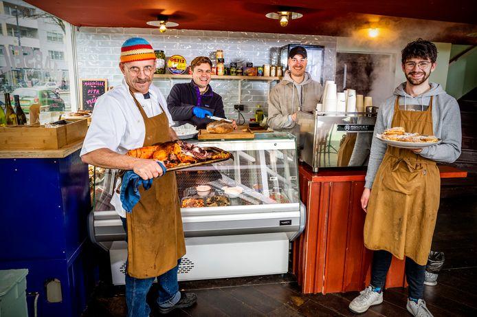 Het nieuwe Café Marseille met (v.l.n.r) mede-eigenaar en chefkok Derk Jan Wooldrik, Kristian, Wessel en Jori.  In plaats van gasten nu een afhaalloket.