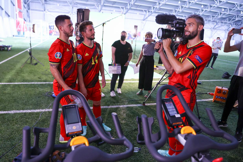 Yannick Carrasco speelt even voor cameraman en plaatst Eden Hazard en Dries Mertens voor de lens. Beeld Photo News