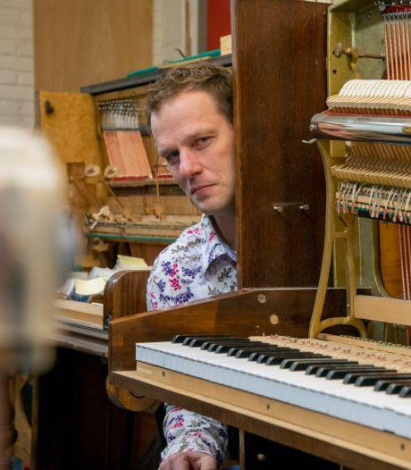 Pianoman Cas (42) zat 1,5 maand thuis, maar toen ontdekte hij corona als kans: 'Het heeft me geen windeieren gelegd'