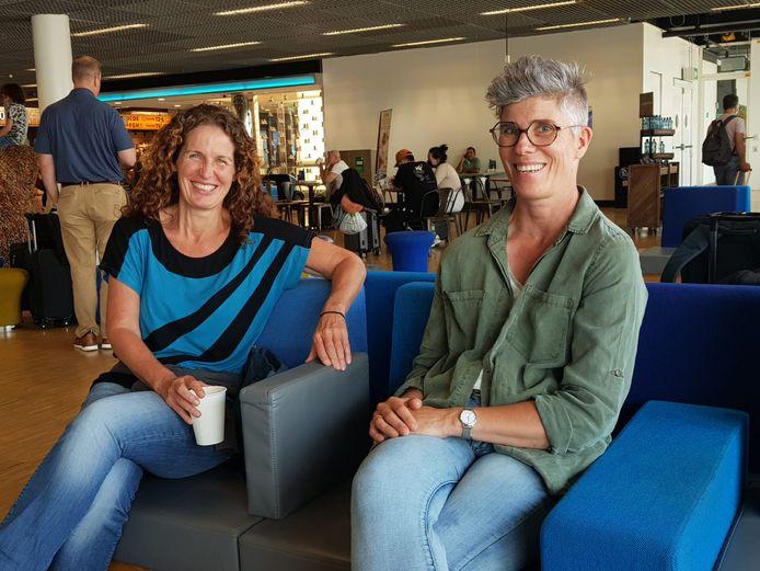 Renata Huisman uit Cuijk (r) met haar collega Monique. Vrijdagmiddag vertrok ze naar Suriname om daar te helpen in de overvolle ziekenhuizen.