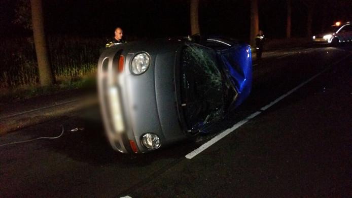 De auto sloeg over de kop en kwam op de kant tot stilstand op de weg.