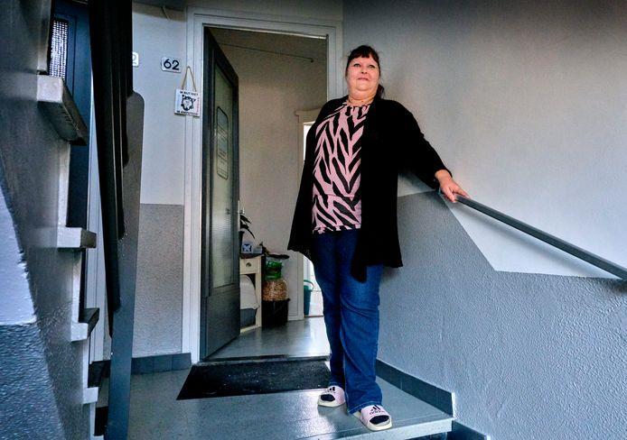 Linda (49) bij haar eigen voordeur. Zes jaar geleden klopte ze aan bij het Leger des Heils.