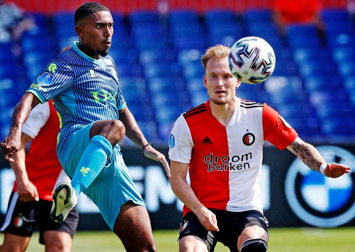 Feyenoorder Mark Diemers (r) en Spartaan Deroy Duarte in een oefenduel deze zomer.