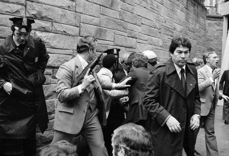 30 maart 1981. Geheim agenten arresteren John Hinckley in Washington nadat hij de president had neergeschoten. Beeld AP