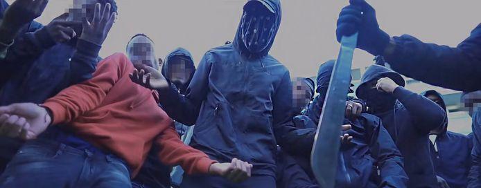 Een still uit de video Verlof van Qlas en Blacka. In video's wordt met messen en pistolen gezwaaid.