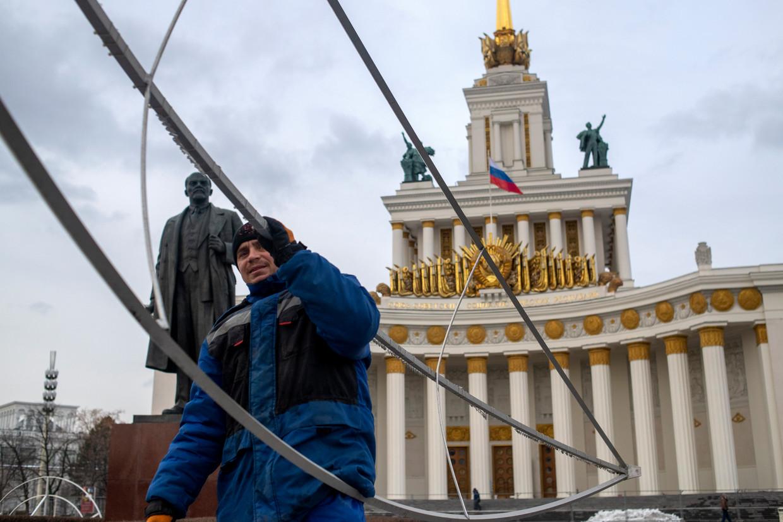Op de spitsen van de paviljoens glimmen weer gouden sterren. Beeld Yuri Kozyrev