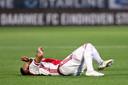 Naci Ünüvar ligt geblesseerd op het veld nadat hij zijn knie heeft verdraaid.