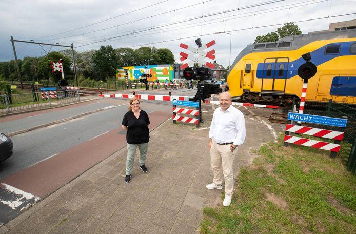 Gemeenteraadslid van Democratische Kiezers Ede Rasit Görgülü en buurtbewoonster Femke Akerboom-Beekman zijn tegen sluiting spoorwegovergang Kerkweg voordat er een tunnel ligt.