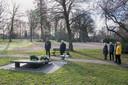 Burgemeester René Verhulst (links) en Eric Mackay van Stichting Joods Monument Ede herdenken samen de Holocaust.