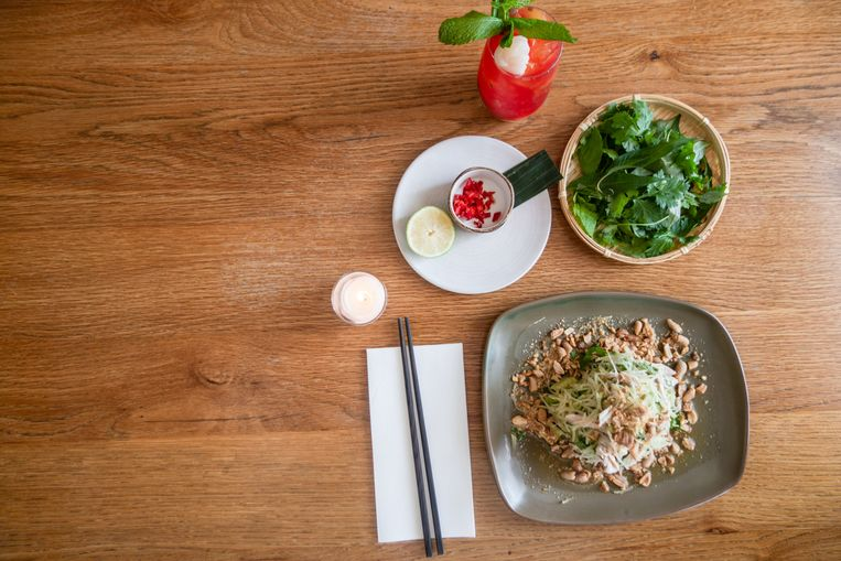Spicy salad of master stock poached chicken with green papaya, mint, garlic, chili and crushed peanuts. Beeld Getty Images