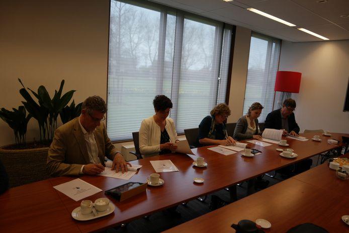 Frits van der Wiel (ROC Ter AA), Marly Driessens (Bibliotheek Lage Beemden), Greet Buter (Wethouder Werk en Inkomen), Astrid Daalmans (Stichting Lezen & Schrijven) en Peter Kuijs (Vierbinden) ondertekenen het convenant laaggeletterdheid.