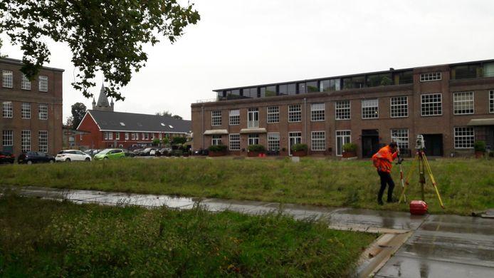 Een landmeter brengt het terrein in kaart voor twee nieuwe woonblokken in KVL-Centraal