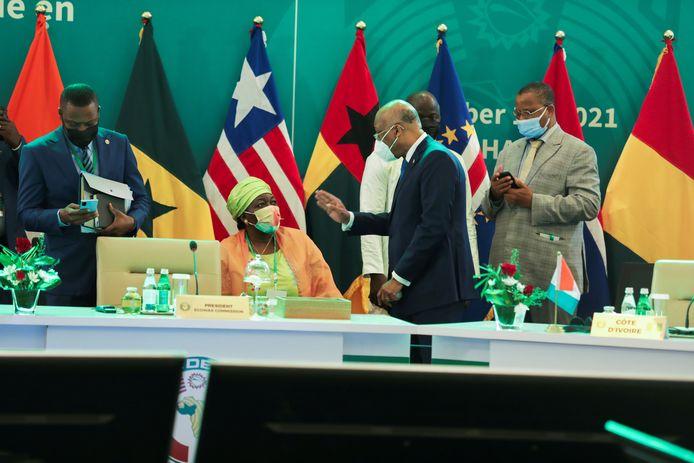 Ecowas-president Jean-Claude Kassi Brou spreekt met leiders van andere west-Afrikaanse landen.