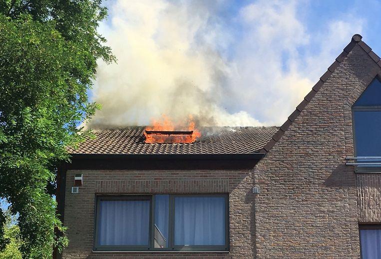 Bij aankomst van de brandweer sloegen de vlammen door het dakraam.