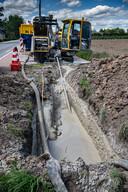 Met een gestuurde boring wordt de stroomkabel onder een weg door geleid.