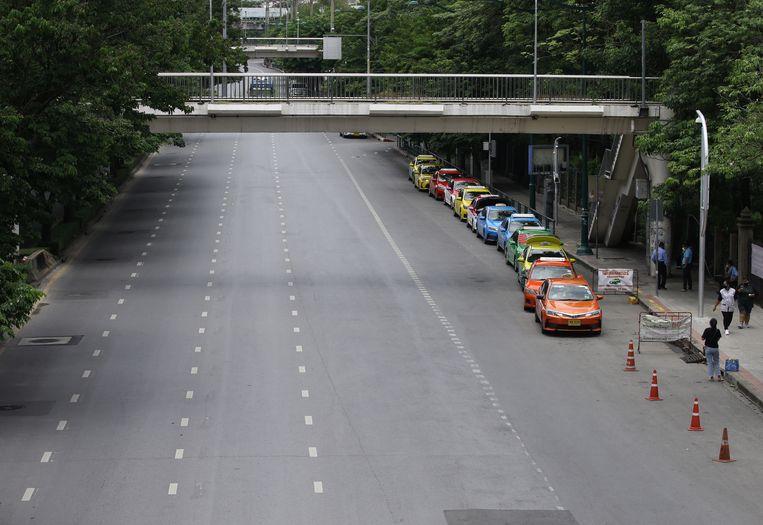In de lege straten van Bangkok zijn enkel nog taxi's te zien.  Beeld EPA