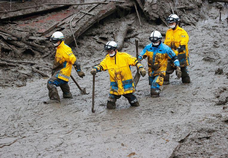 Reddingswerkers op zoek naar vermisten. Beeld AP