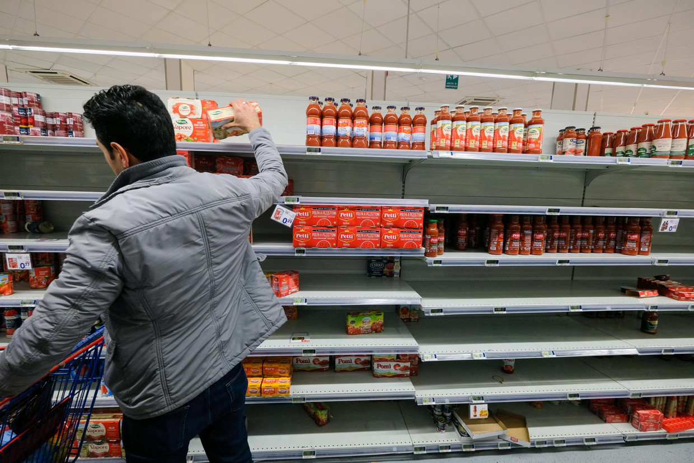 Lege winkelrekken in Palermo, Sicilië. De uitbraak in Italië en daarna de wereldwijde verspreiding leidt tot paniek. Beeld EPA