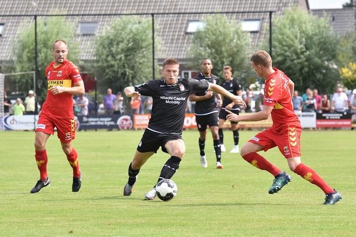 Bakx van Go Ahead Eagles kijkt toe, Alexander Bannink van FC Emmen is ongrijpbaar voor de Deventer defensie