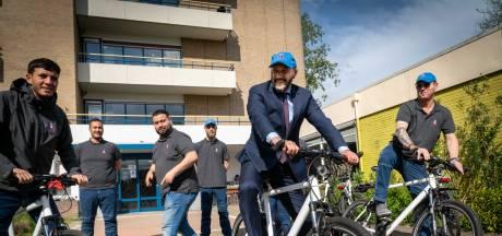 Straatcoaches in Arnhemse wijken houden vaderlijk oogje in het zeil: 'Wij zijn het cement tussen de stenen'