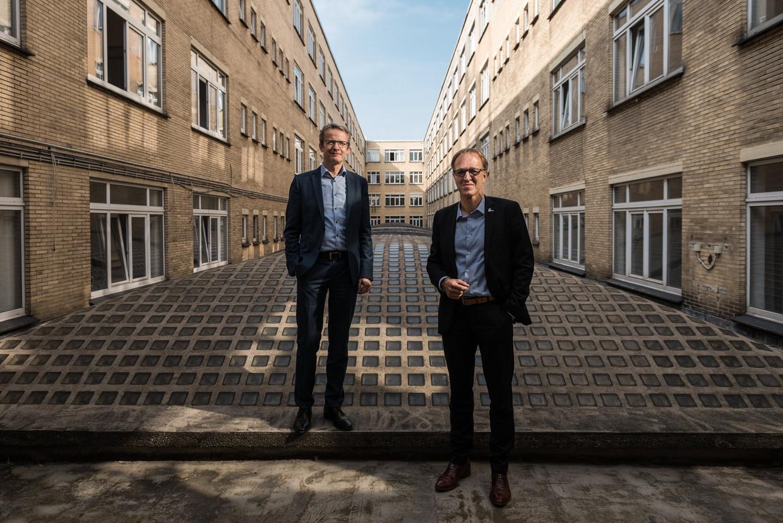 Luc Sels (l.), rector van KU Leuven, en Rik Van de Walle, rector van de UGent. 'Dit is niet het moment om de studenten er met een belerend vingertje op te wijzen dat ze zich moeten gedragen. Dat hebben ze het afgelopen anderhalf jaar voorbeeldig gedaan.' Beeld Wouter Maeckelberghe