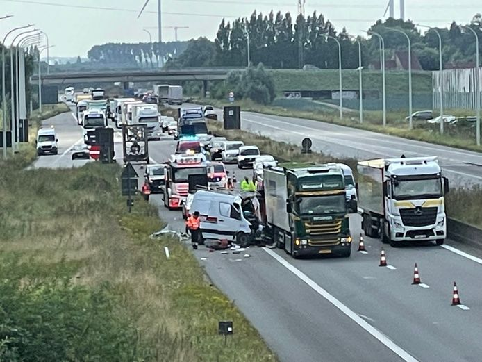 Een bestelwagen knalde op een Nederlandse vrachtwagen in de file op de E403.