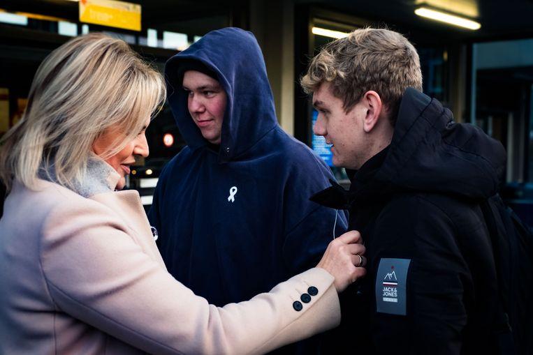 Vrouw & Maatschappij – CD&V-politica voert haar jaarlijkse Witte lintjesactie tegen geweld op vrouwen. De actie vindt plaats aan het station van Sint-Truiden.