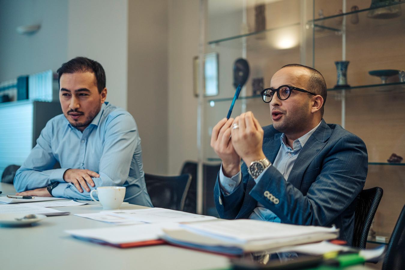 """Dat de publieke opinie niet op terugkeerders zit te wachten, is geen argument voor Mohamed Ozdemir en Abderrahim Lahlali. """"Het is aan de overheid om die opinie te keren, dan."""""""