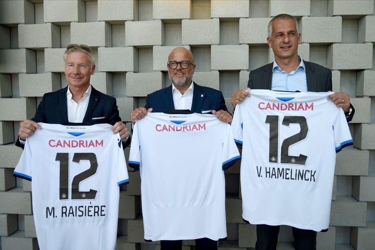 Marc Rasiere (CEO Belfius), Bart Verhaeghe (voorzitter Club Brugge)  en Vincent Hamelink (Candriam) presenteren de nieuwe truitje en sponsor van Club Brugge. Beeld Photo News