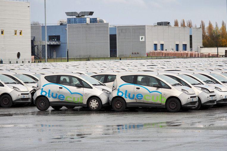 Niet zo ecologisch: een massa onbruikbare deelauto's. Beeld AFP