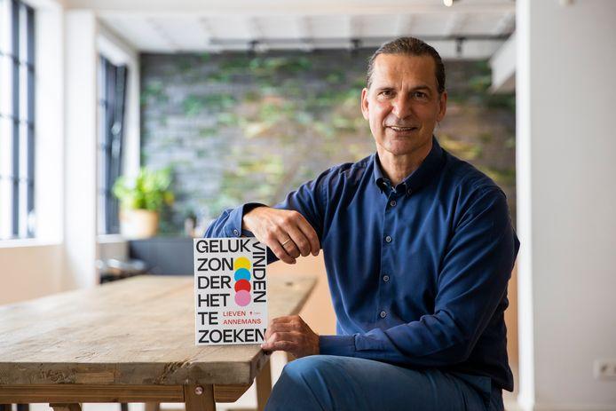 """Gezondheidseconoom Lieven Annemans doet al vijf jaar onderzoek naar geluk. Nu schreef hij er een boek over. """"Door de coronacrisis zijn er meer dan 700.000 ongelukkige Belgen bijgekomen."""""""