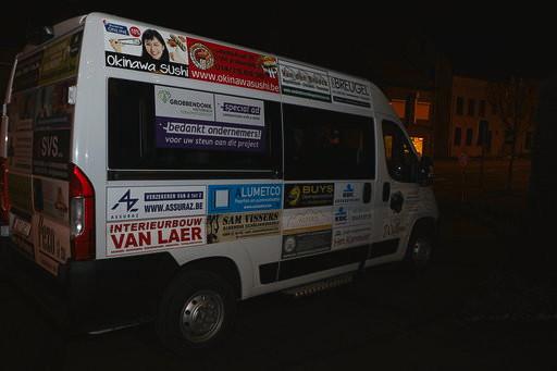 De bus werd volledig bestickerd met de logo's van de handelaars.