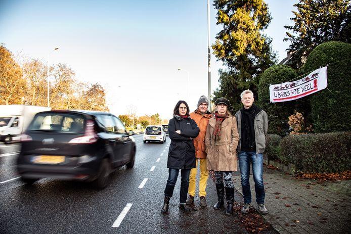 """Bewoners van de Graafseweg, het gedeelte tussen de Wolfskuilseweg en de Rozenstraat zijn. Achter hen een spandoek met de tekst """"4 BAANS = TE VEEL!""""."""