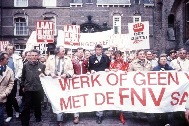 Herman Bode, Wim Kok en Karin Adelmund tijdens een massale demonstratie van het FNV in 1982 in Den Haag. Beeld null